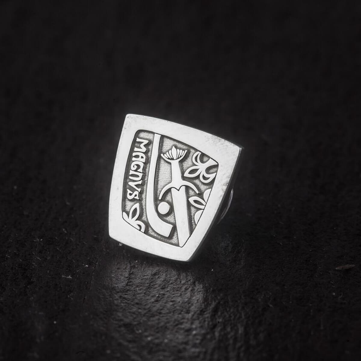 Faller Galloglas Magnus, Scots Gaelic, Scottish claymore, camán, hurley, pendant, GAA Museum, medieval, Clonca, Culdaff, Inishowen, Co. Donegal, Ireland, Magnus Mac Orristin, Fergus Mac Allan, Gallóglaich, Gallowglass warrior, lapel pin, sterling silver